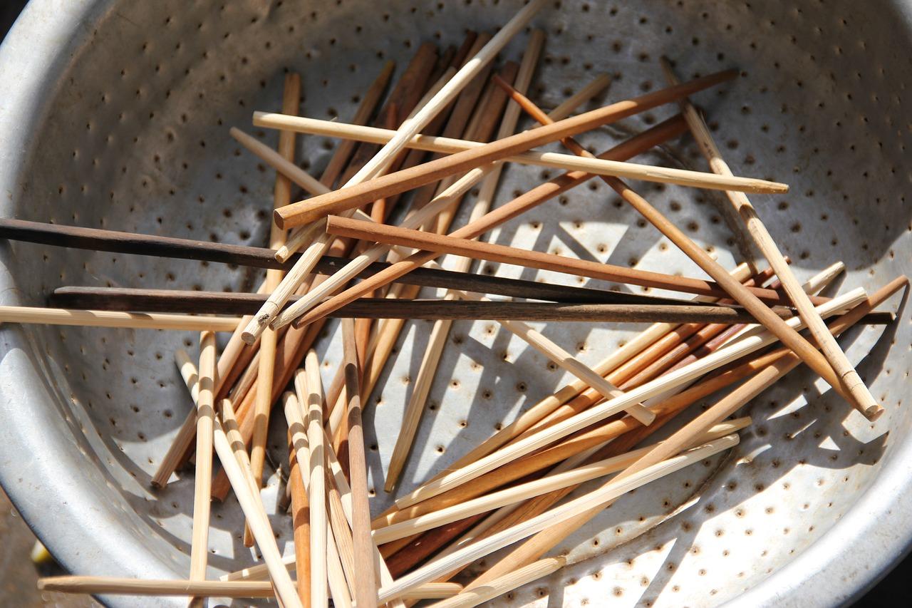 Stäbchen: Kochutensil & Besteck zugleich