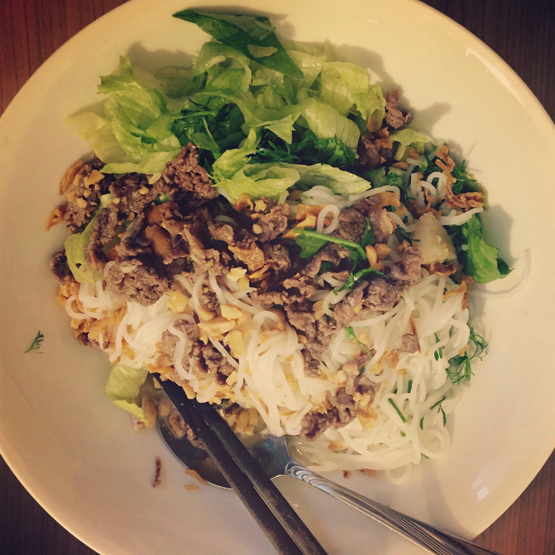 """Original """"bun bo nam bo"""" Rezept – Zartes Rindfleisch auf Reisnudeln und Salat"""