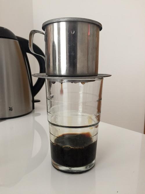 Kaffee fließt tröpfchenweise durch den Filter