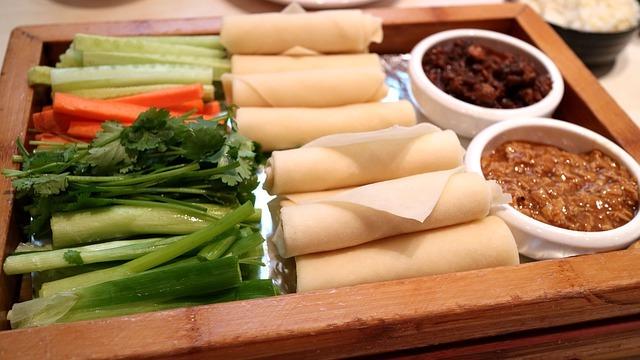 Vorbereitung Frühlingsrollen mit rohen Wan-Tan Blättern